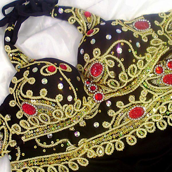 Figurino para dança do ventre preto, ouro e vermelho