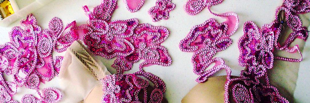Figurino para dança do ventre rosa - detalhe aplique